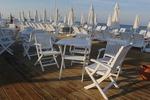 Градински бели дървени столове