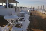 бели дървени столове за градината