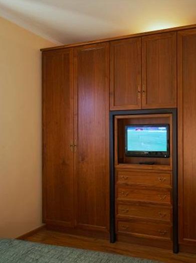 Гардероб с място за телевизор