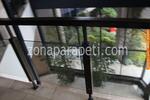 изработка на парапет от стъкло и дървена рамка